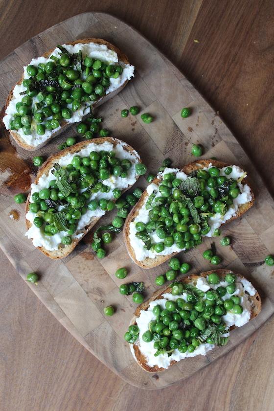 Pea, Ricotta & Mint Crostini + recipe | Glitter & Grace Blog #pea #ricotta #appetizer #springrecipe